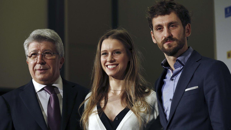 Enrique Cerezo, presidente de EGEDA, y los actores Manuela Vellés y Raúl Arévalo en la presentación de los finalistas a los XX Premios Forqué (Efe)