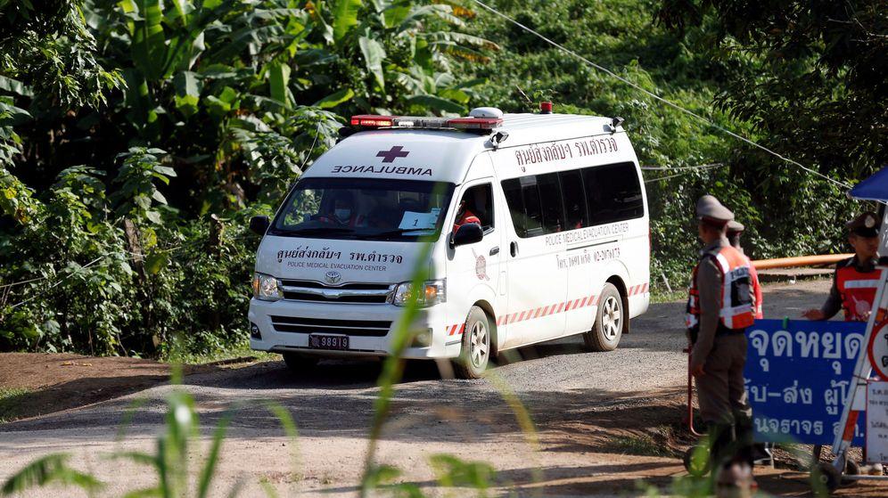Foto: Una ambulancia traslada a uno de los rescatados. (Reuters)