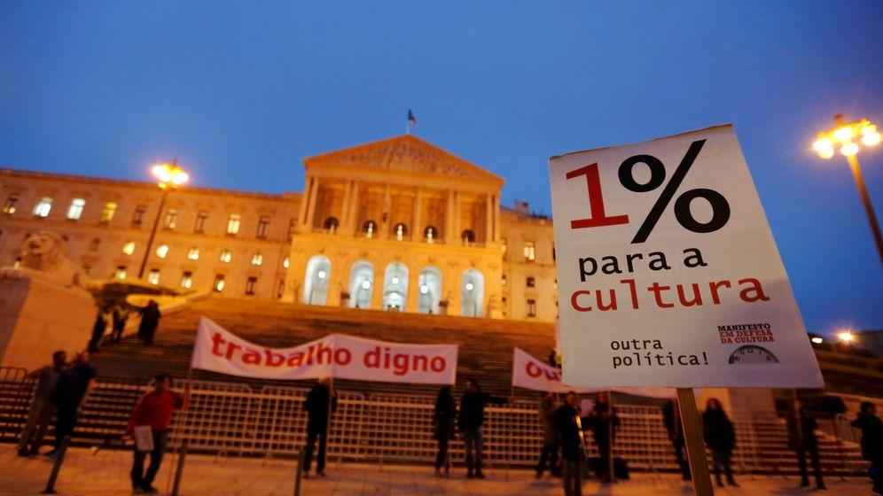 Foto: Trabajadores del sector de la cultura protestan por sus condiciones laborales frente al Parlament en Lisboa, el 24 de noviembre de 2016 (Reuters)