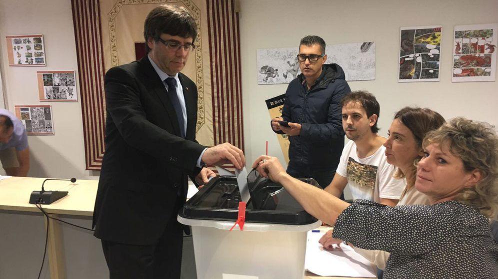 Foto: Carles Puigdemont vota en Cornella de Terri. (Reuters)