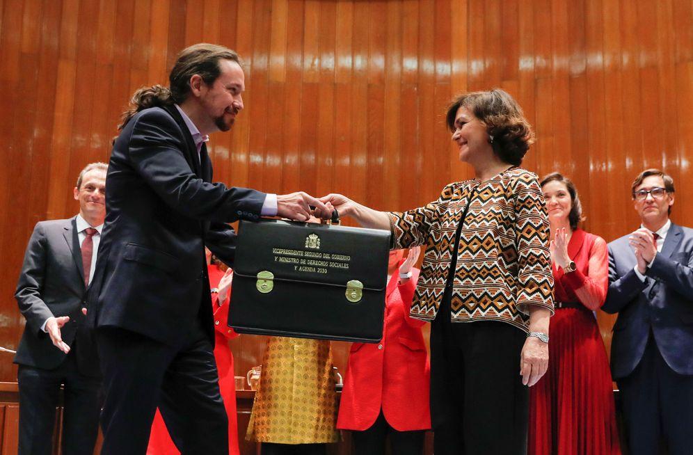 Foto: La vicepresidenta primera, Carmen Calvo, entrega la cartera a Pablo Iglesias, nuevo vicepresidente segundo, este 13 de enero en el Ministerio de Sanidad. (Reuters)