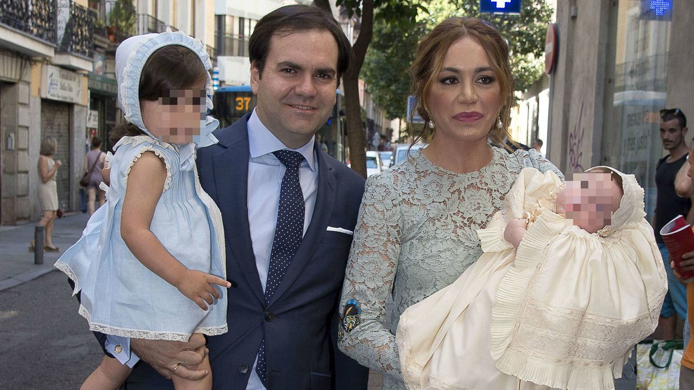 Gema Ruiz y Juan Díaz a su llegada a la parroquia con Julieta y Juan.