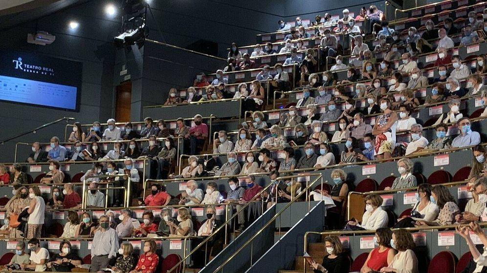 Foto: Imagen del Teatro Real la noche del domingo, justo antes de que se suspendiera la función.
