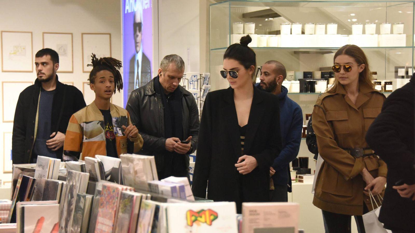 Foto: Kendall Jenner y Gigi Hadid en Colette. (Cordon Press)