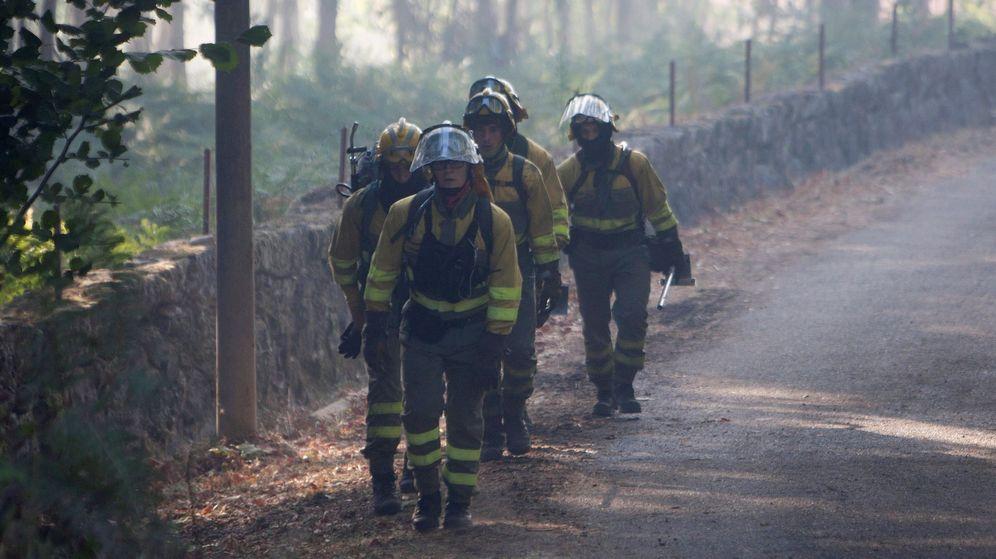 Foto: Bomberos trabajando en un incendio forestal en Galicia. (Efe)
