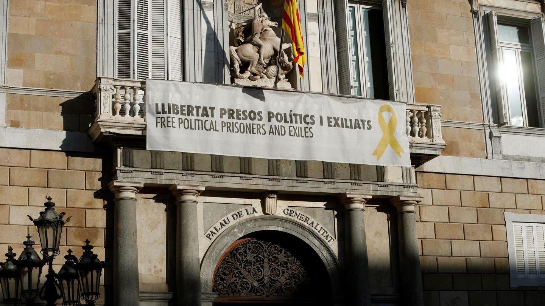 La pancarta a favor de los líderes independentistas presos en el balcón de la Generalitat (EFE)