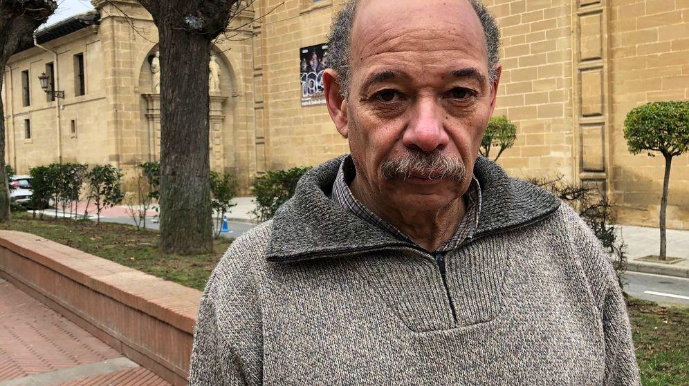 Foto: Ramón frente a la iglesia Virgen de la Vega, en Haro, donde este viernes se ha celebrado el funeral por la abuela que se suicidó tirándose al Ebro