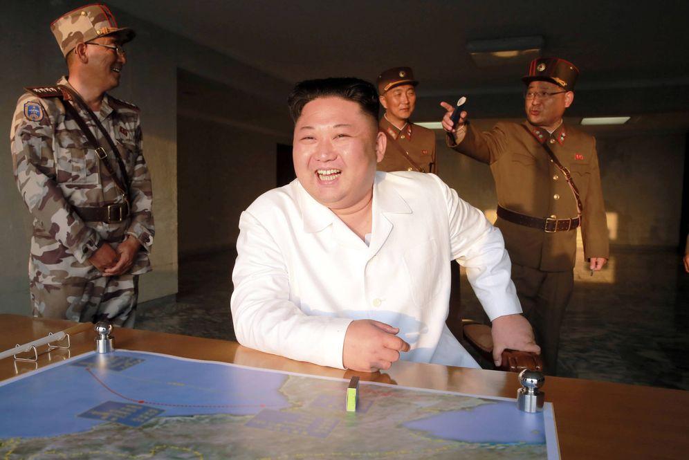 Foto: El líder norcoreano Kim Jong-un reacciona durante un ensayo balístico. (Reuters)