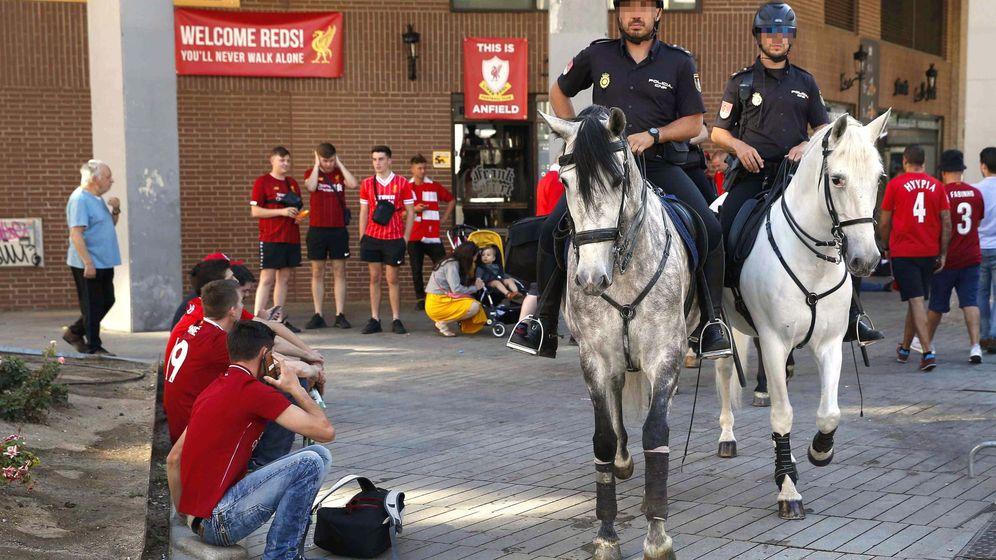 Foto: Fuerte dispositivo policial ante un partido de riesgo. (EFE)