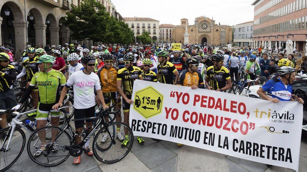 Foto: Concentración ciclista organizada por el club de triatlón Triávila. (EFE)
