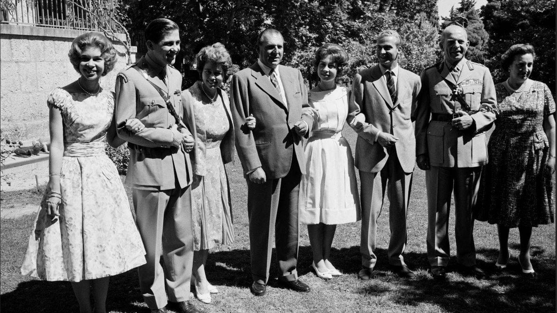 La familia real española y la griega, en 1961, cuando se anunció el compromiso de Juan Carlos con Sofía. (Getty)