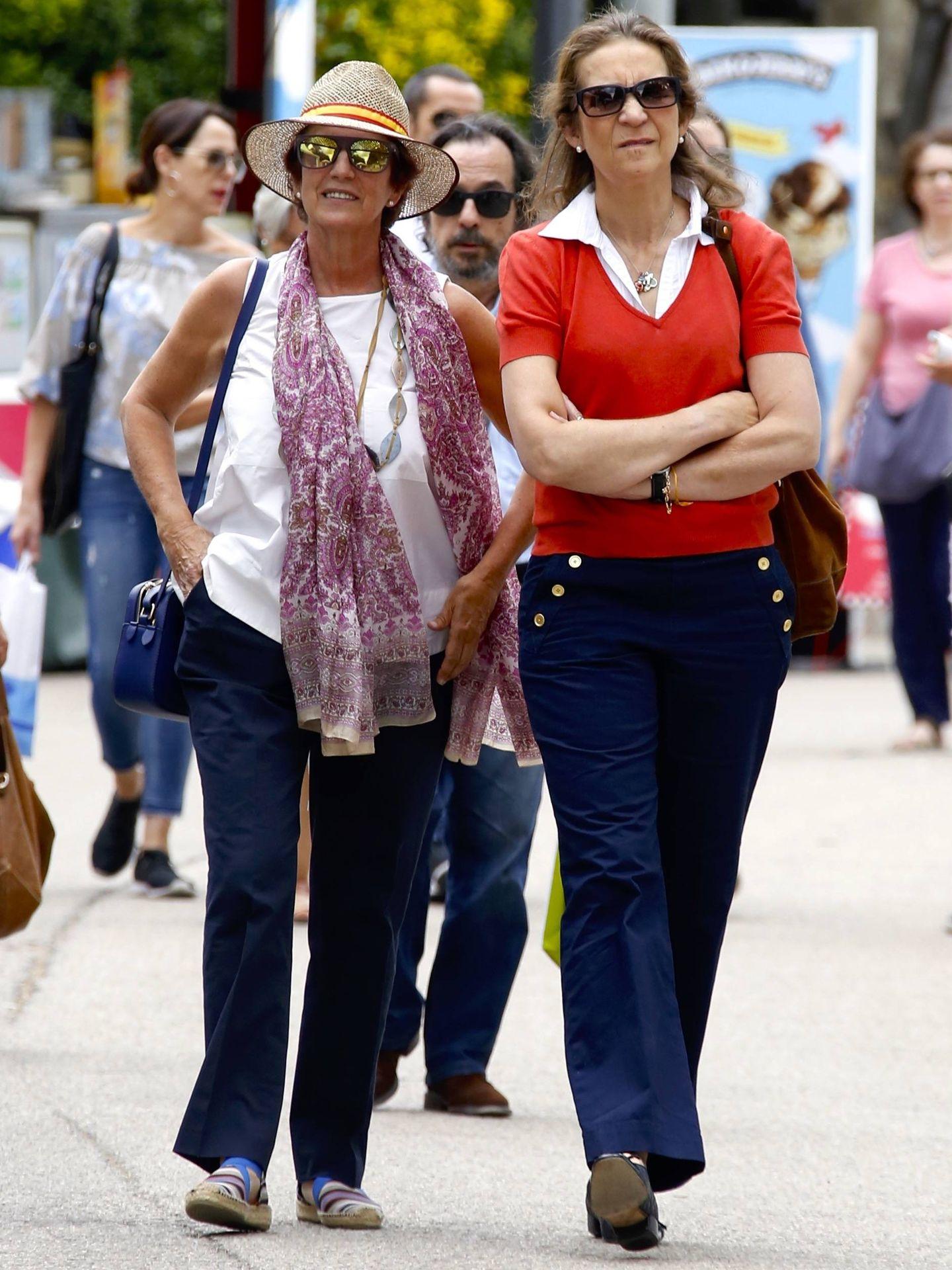 La infanta Elena y su amiga Rita Allende Salazar, en la Feria del Libro. (Vanitatis)