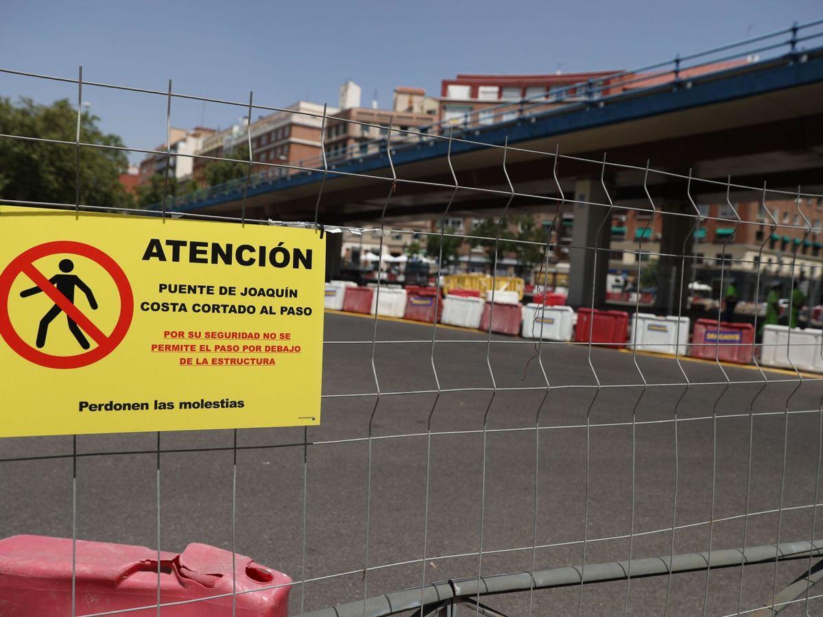 Foto: Comienza el desmontaje del puente de Joaquín Costa. (EFE)