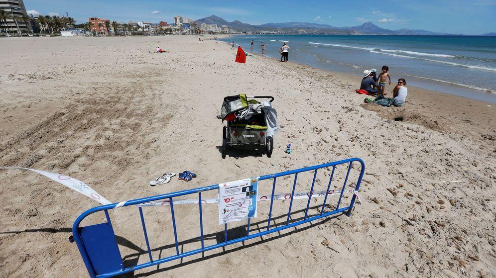 Foto: En la frontera entre Alicante y El Campello la policía ha establecido un vallado en la playa. (EFE)