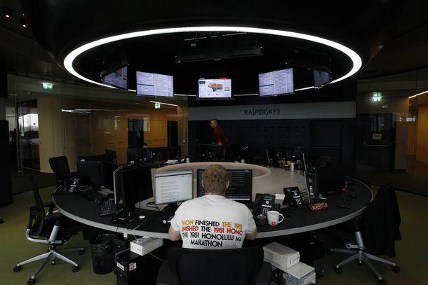 Foto: Un trabajador de la compañía de ciberseguridad Kaspersky en la oficina de la firma en Moscú (Reuters)