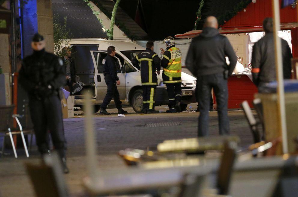 Foto: Agentes de policía y bomberos junto al vehículo tras el atropello múltiple en Nantes (Reuters).