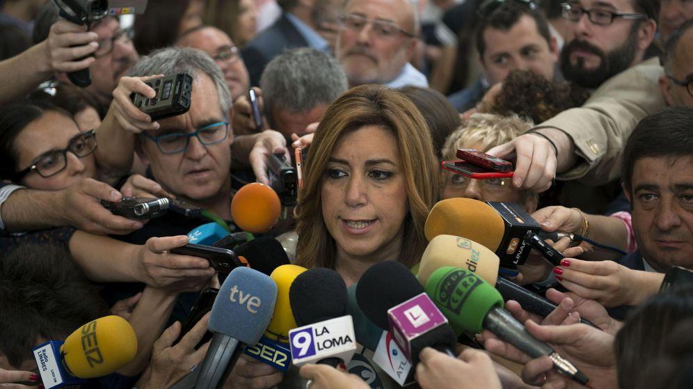 Foto: Susana Díaz, rodeada de micrófonos de prensa en Jaén. (EFE)