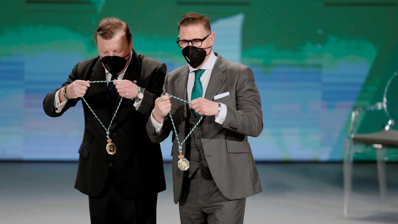Los Morancos recibiendo la medalla de Andalucía. (EFE)