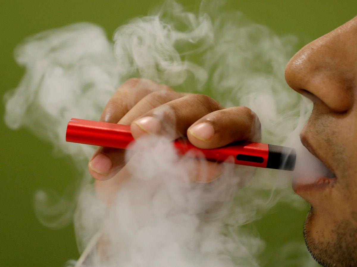 Foto: Un hombre fuma con un cigarrillo electrónico. (Reuters)