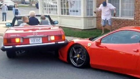 Monta su coche sobre un carísimo Ferrari al intentar aparcar