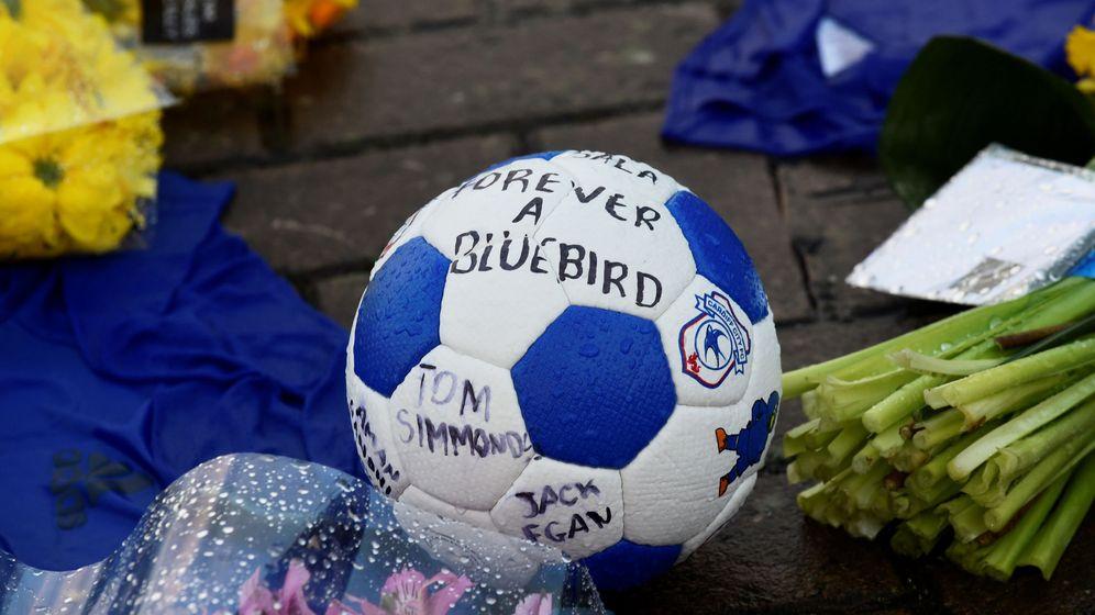 Foto: Los aficionados del Cardiff inundan el estadio con mensajes de esperanza para encontrar vivo a Emiliano Sala. (Reuters).
