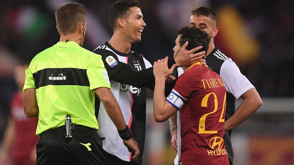 Foto: Cristiano Ronaldo agarra de la cabeza a Florenzi en el partido entre la Roma y la Juventus. (Efe)