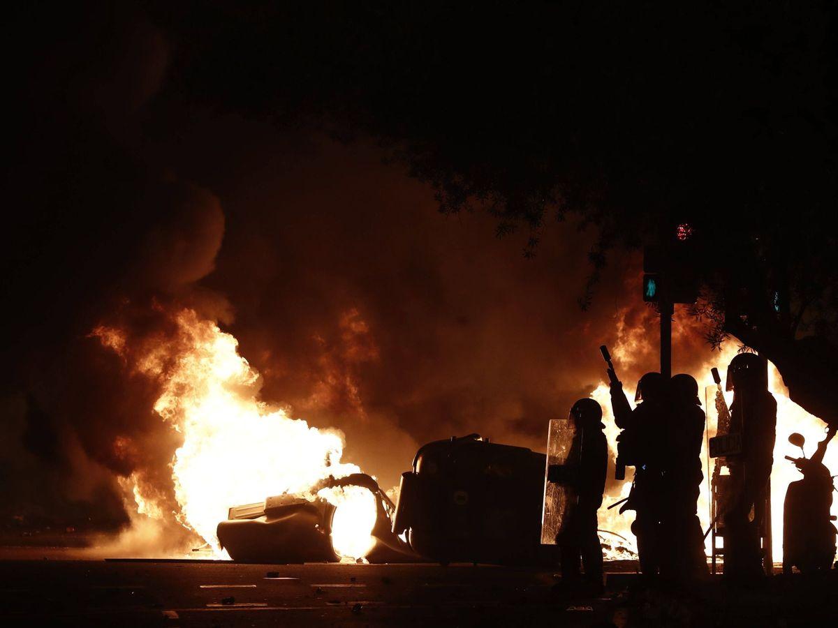 Foto: Un grupo de policías, durante los altercados que se produjeron en Barcelona. (EFE)
