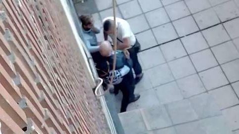Tres ladrones roban en plena calle a un anciano ante los vecinos impasibles