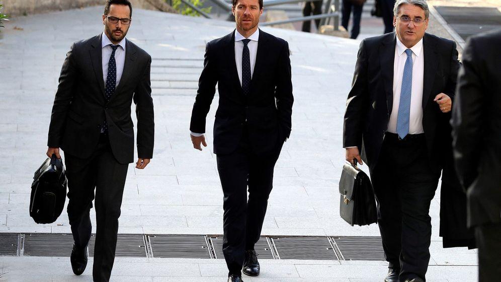Foto: Xabi Alonso en la entrada al juicio. (EFE)