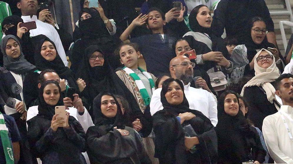Foto: Mujeres asistiendo a un partido de fútbol en Arabia Saudí por primera vez en la historia (EFE)
