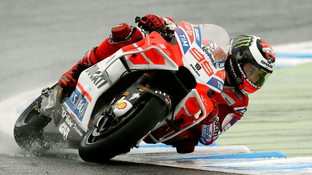 Foto: Imagen de Jorge Lorenzo este viernes durante los entrenamientos libres del GP de Japón en Motegi. (EFE)