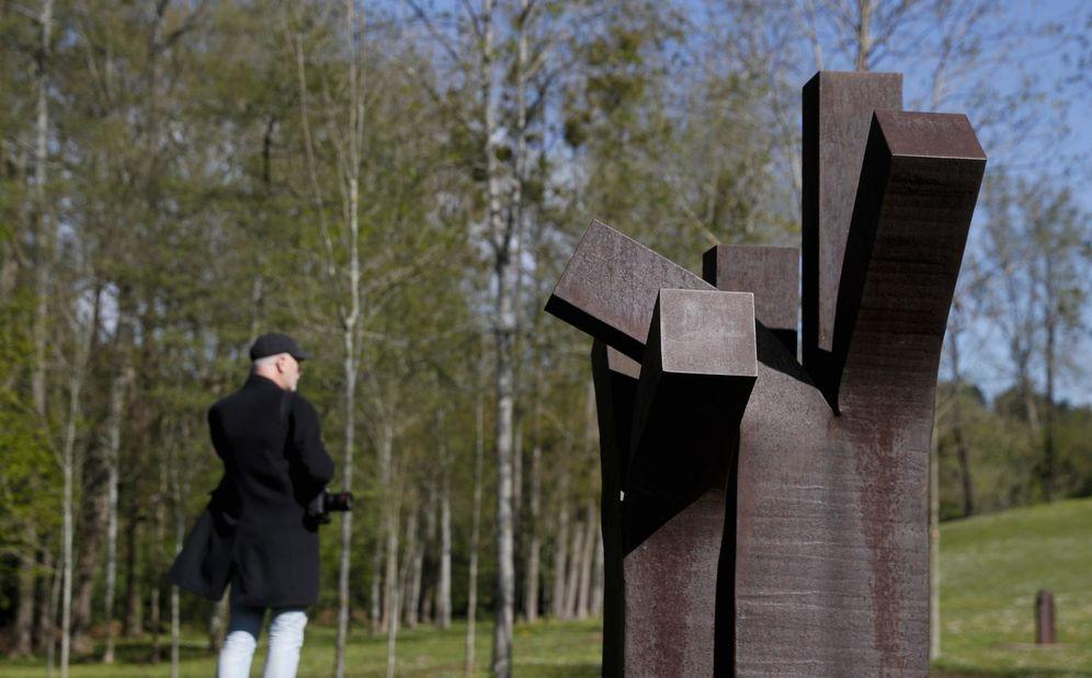 Foto: Una persona observa una de las esculturas este miércoles en Chillida Leku. (EFE)