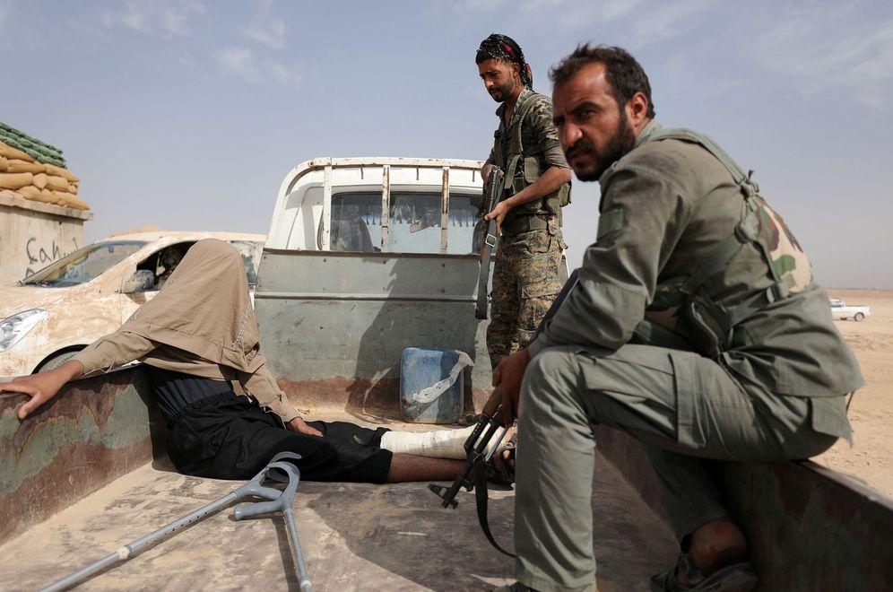 Foto: Combatientes de las SDF kurdas con un prisionero del ISIS en Deir al-Zor, Siria. (Reuters)