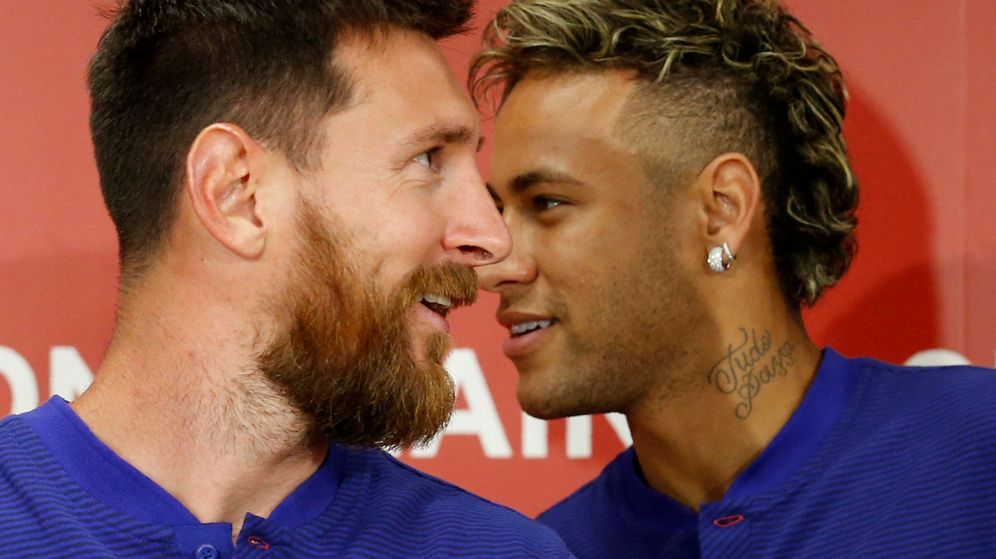 Foto: Fc barcelona players lionel messi and neymar attend a news conference to announce the sponsorship deal between the team and rakuten inc. in tokyo