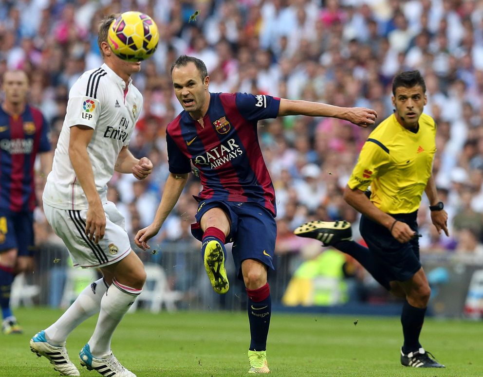Foto: La lesión de Iniesta es la peor noticia para un Barcelona que salió del Clásico herido