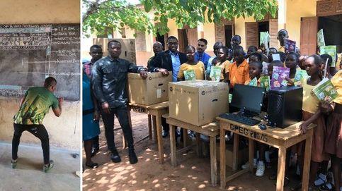 Esta foto cambió su vida: ordenadores para el profesor que enseña Word en una pizarra