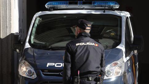 Detenido un hombre que amenazaba a su mujer con ametralladora, revólver y arco