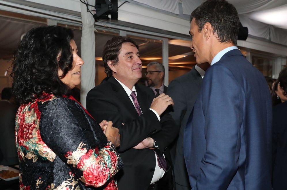 Foto: Sánchez conversa con el director del Instituto Cervantes, el poeta Luis García Montero, y su esposa, la escritora Almudena Grandes, en la residencia del embajador en Bogotá, este 29 de agosto. (EFE)