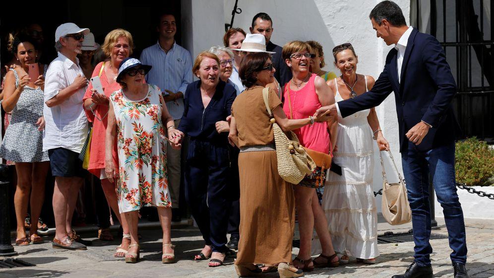 Foto: El presidente del Gobierno, Pedro Sánchez, saluda a unas vecinas de Sanlúcar de Barrameda (Cádiz). (Reuters)
