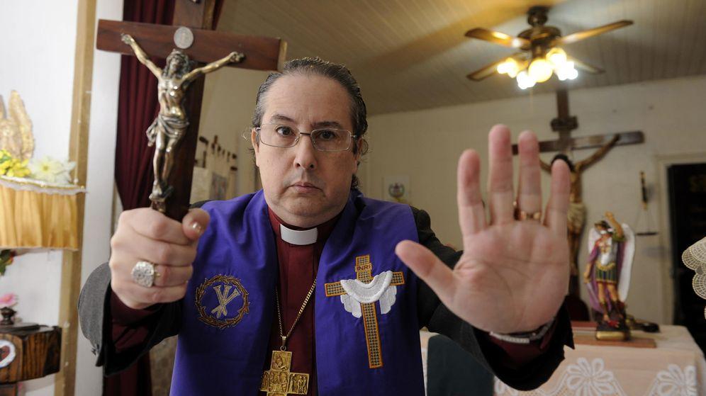 Foto: El obispo luterano Manuel Acuña uno de los exorcistas más conocidos del mundo. (EFE)