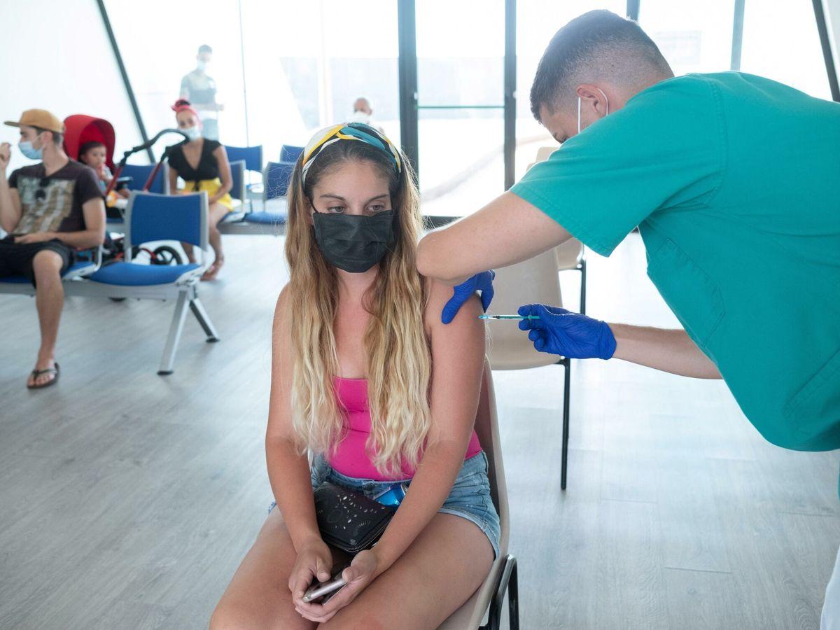 Foto: Una joven es vacunada en el muelle del Gran Tarajal, en Fuerteventura. (EFE)