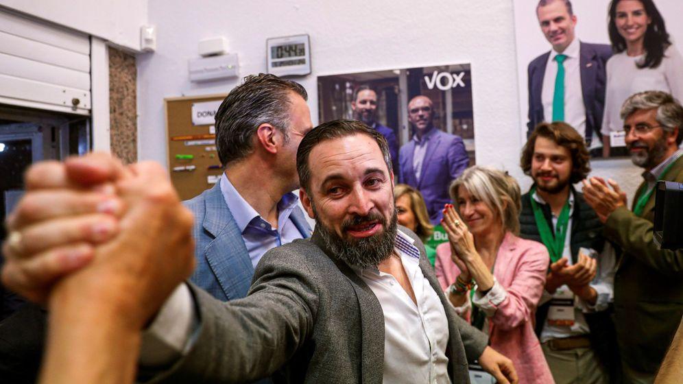 Foto: El líder de Vox, Santiago Abascal, a su llegada a la sede del partido para valorar los resultados de las elecciones. (EFE)
