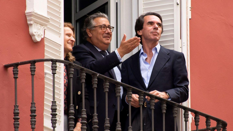 GRAFAND5990. SEVILLA, 17 04 2019.- El expresidente del Gobierno, José María Aznar (d), junto al exministro de Interior y exalcalde de Sevilla, Juan Ignacio Zoido, observan la salida de la hermandad de El Baratillo, en la que sale la imagen de la Vi