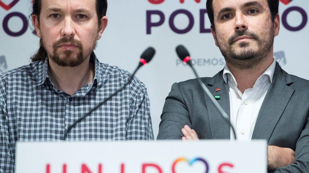 Foto: El líder de Podemos, Pablo Iglesias (i), comparece en la sede de Podemos en Madrid junto al coordinador general de IU, Alberto Garzón (d). (EFE)