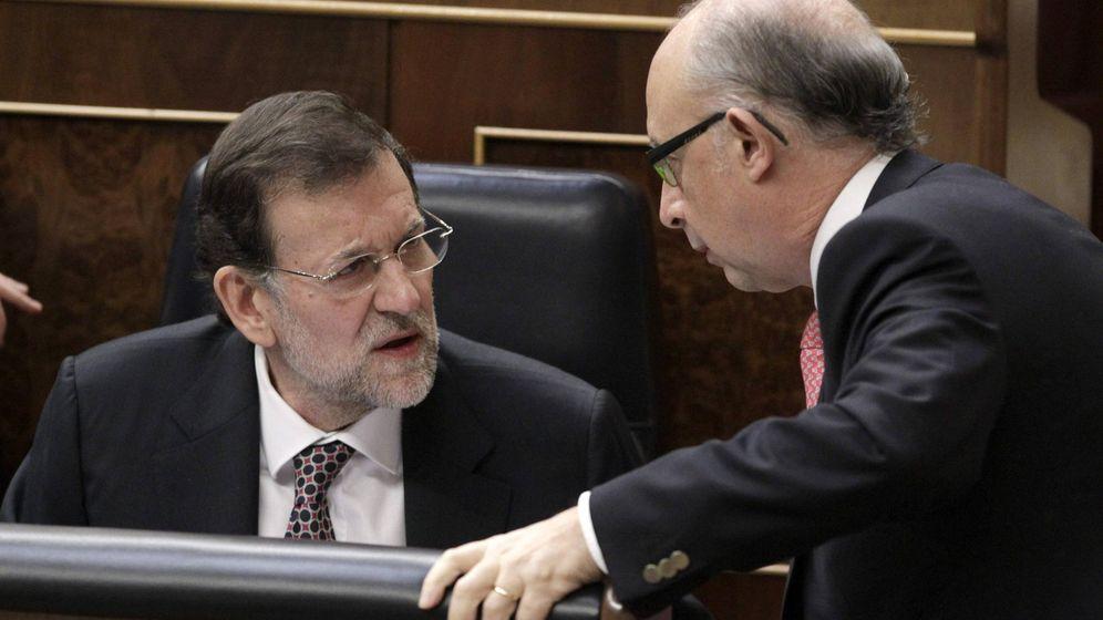 Foto: El presidente del Gobierno, Mariano Rajoy (i), conversa con el ministro de Hacienda, Cristóbal Montoro, en 2012. (EFE)
