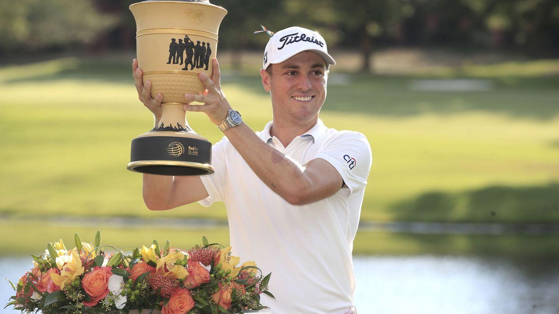 Justin Thomas, con la copa de campeón en Memphis (Efe).