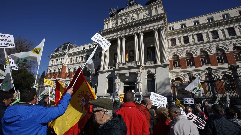 Agricultores y ganaderos protestan ante el Ministerio de Agricultura, este miércoles, en Madrid. (EFE)