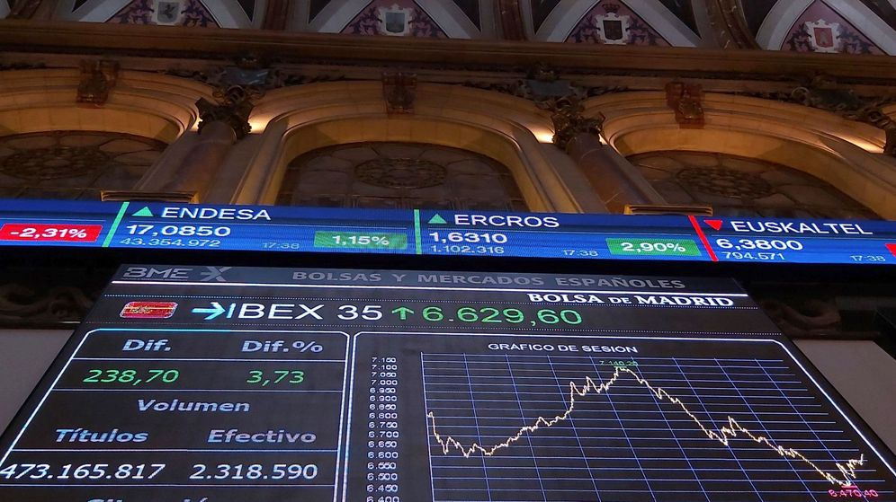 Foto: Pantallas de la Bolsa de Madrid que reflejan la gráfica de caída del Ibex. (EFE)