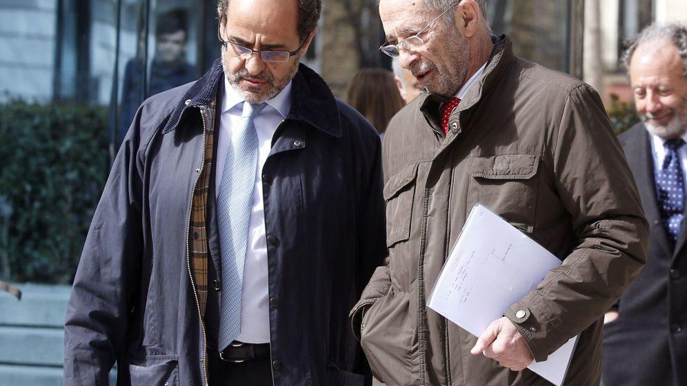 Foto: Julio Segura (d), expresidente de la CNMV, junto a su abogado, en la Audiencia Nacional. (EFE)