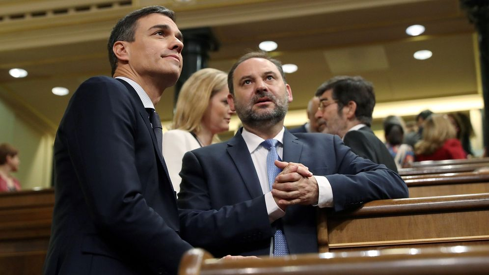 Foto: Pedro Sánchez y José Luis Ábalos, a su llegada al hemiciclo del Congreso para el debate de la moción de censura. (EFE)